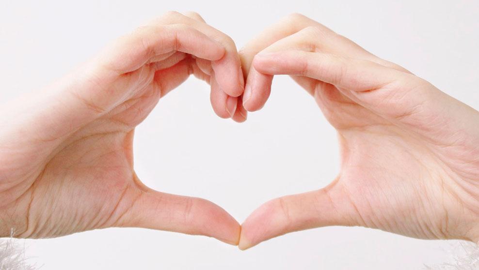 Dos manos formando un corazón