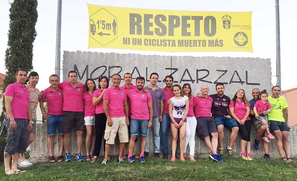 Componentes del club de Triatlón junto al alcalde de Moralzarzal, delante de la pancarta