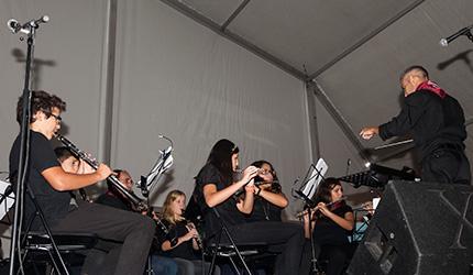 componentes de la Escuela de Música de Moralzarzal interpretando una pieza