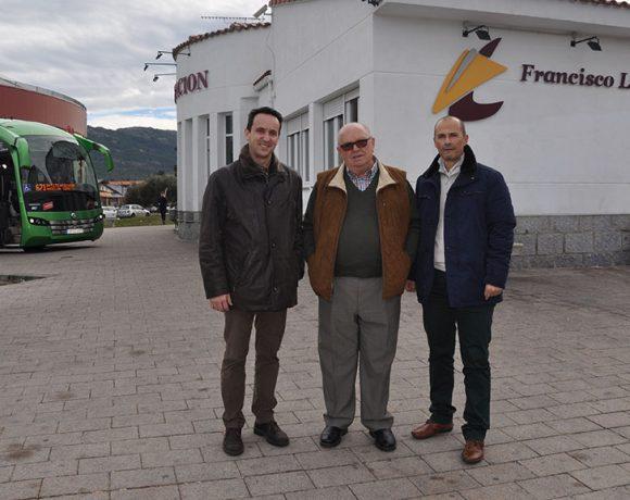 El alcalde de Moralzarzal junto a Francisco Larrea en la Estación de Autobuses