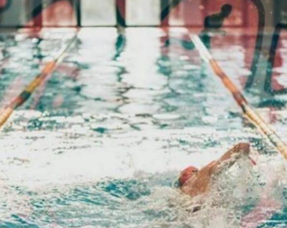 Nadador en una piscina
