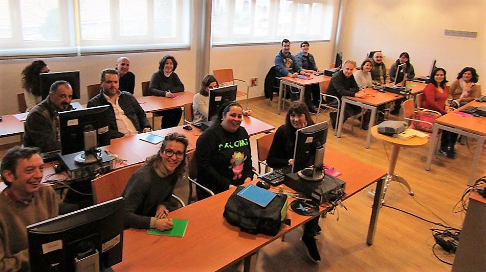 Los participantes en al lanzadera de Moralzarzal sentados en una sala