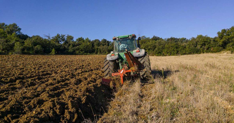 Un tractor arando en el campo