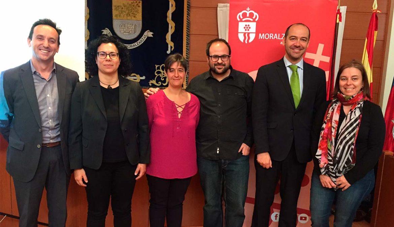 Imagen del Equipo de Gobierno de Moralzarzal con la representante de Fundación Civio
