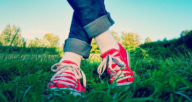 Piernas con los pies cruzados