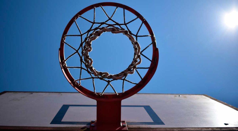 Una canasta de baloncesto vista desde debajo del aro
