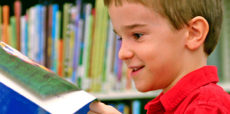 Un niño lee un cuento