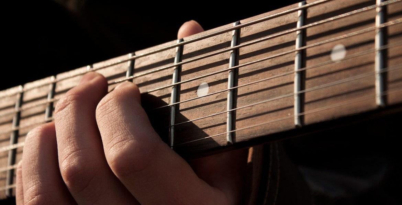 Detalle de una mano tocando la guitarra