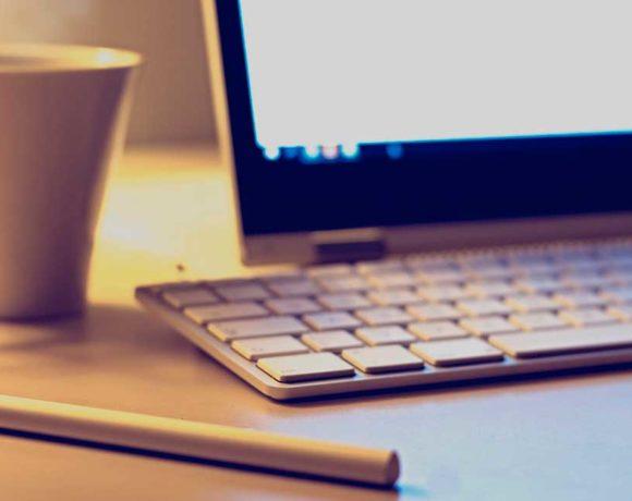 Un portátil y una taza