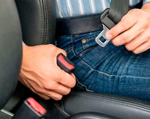 Un hombre se coloca el cinturón de seguridad