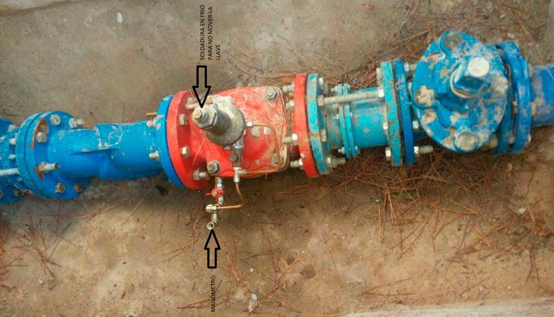 Llaves manipuladas en una tubería de agua