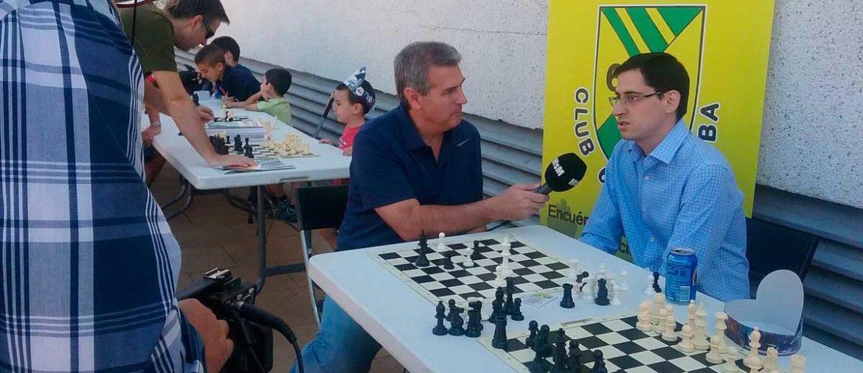 Alejandro Moreno Trujillo entrevistado delante de un tablero de ajedrez