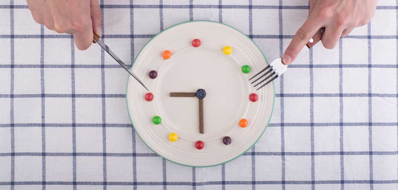 Un plato de comida simulando un reloj