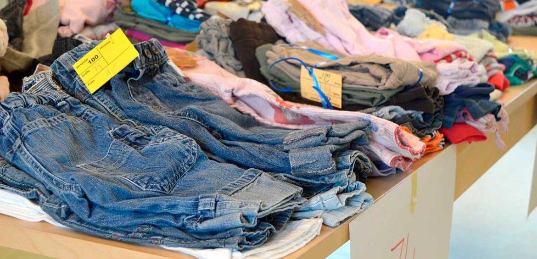 Un puesto de ropa en un mercadillo