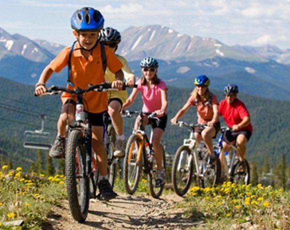 Unos niños en bici de montaña