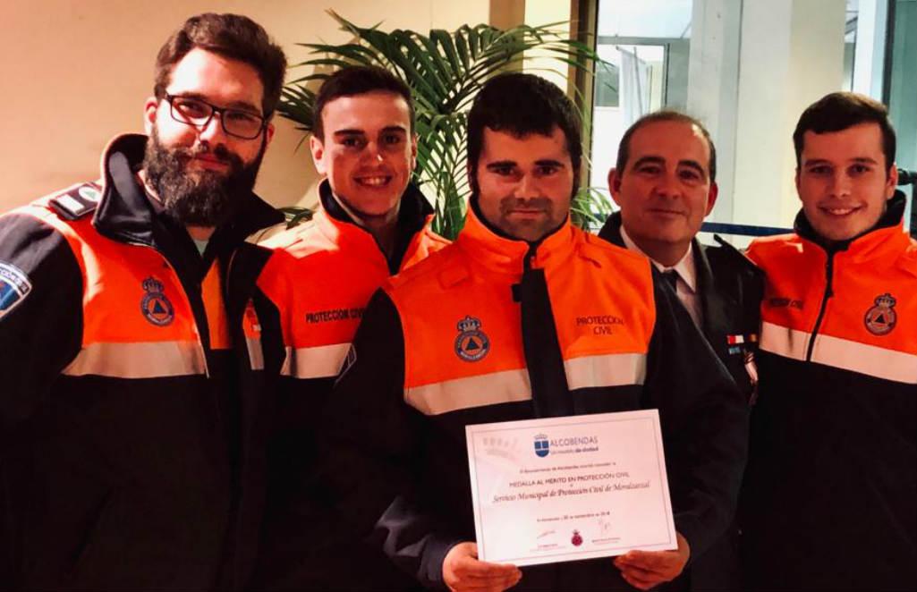 Voluntarios de Protección Civil con la medalla
