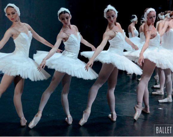 Bailarinas clásicas sobre un escenario