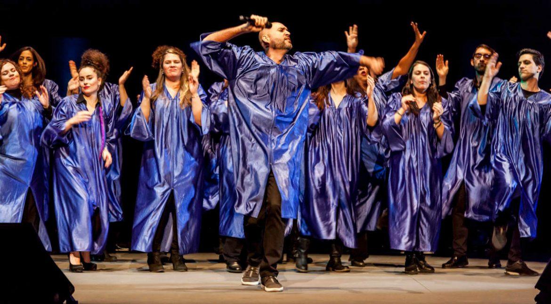 Coro de gospel con túnicas púrpura