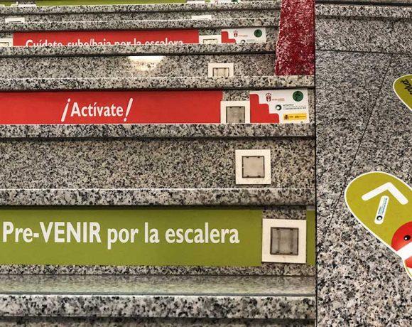 Escaleras de Moralzarzla con las imágenes de la campaña