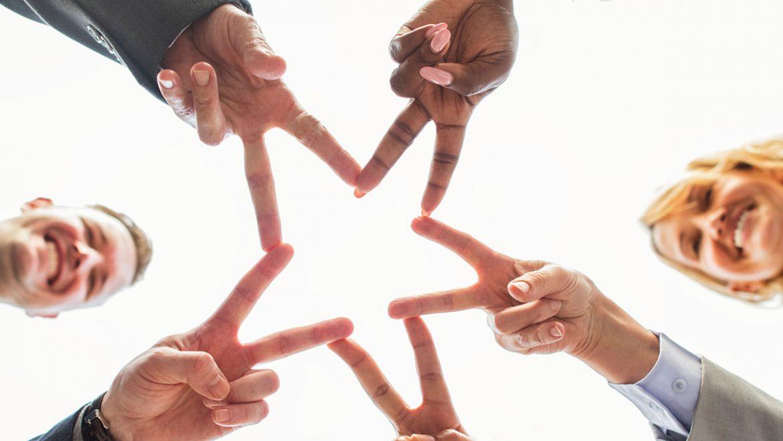 Personas formando una estrella con sus manos