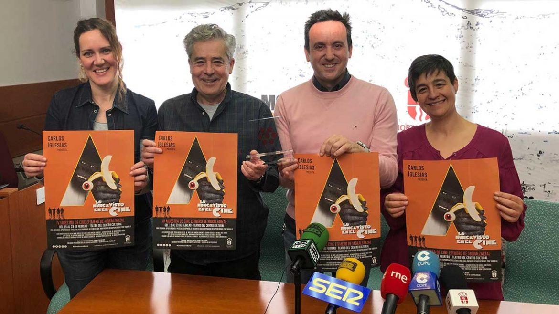 Carlos Iglesias, junto a Juan Carlos Rodríguez Osuna y otras, con el cartel de la Muestra de Cine Efímero