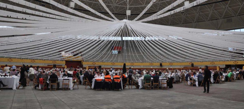 Mesas para comer dentro de la plaza de toros de Moralzarzal