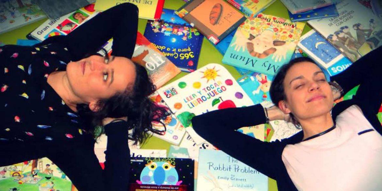 Dos chicas sonrientes sobre unos libros