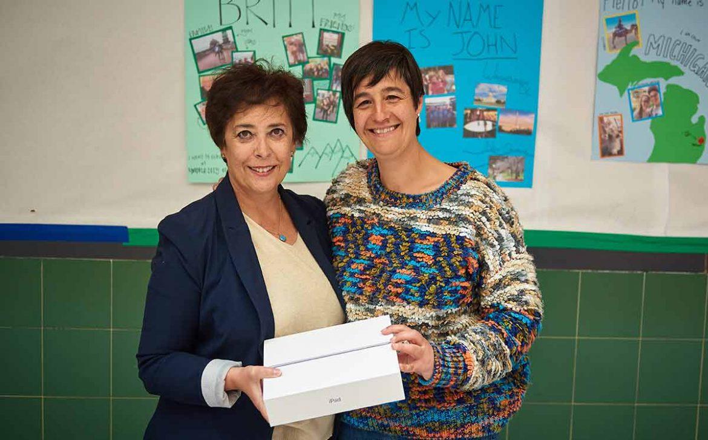 Gema Duque entrega un iPad a la directora del colegio