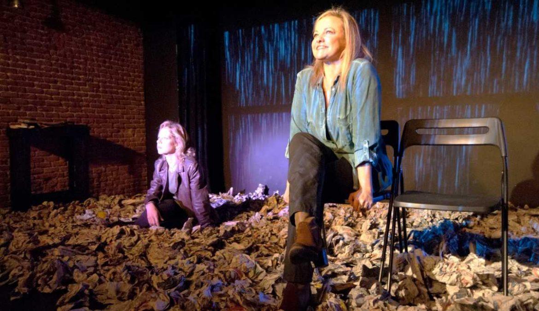 Dos mujeres en un escenario lleno de papeles