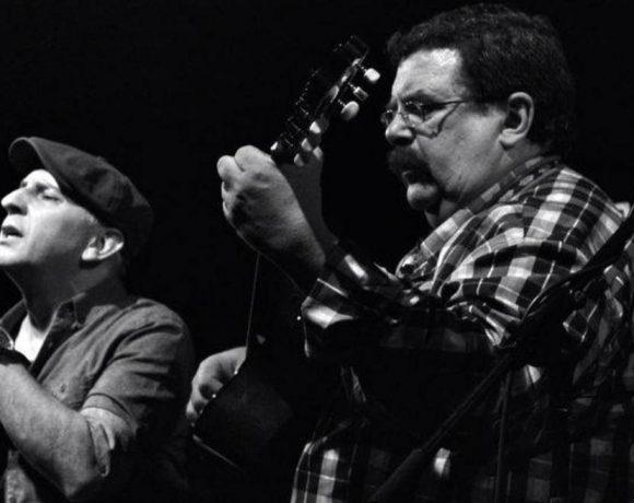 Dos músicos cantando