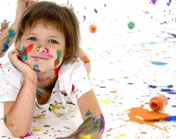 Una niña llena de pintura