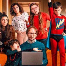 La familia protagonosta de la película en un salón