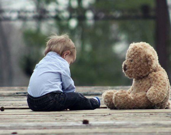Un niño con un oso de peluche