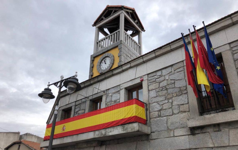 Ayuntamiento de Moralzarzal con la bandera de España en el balcón
