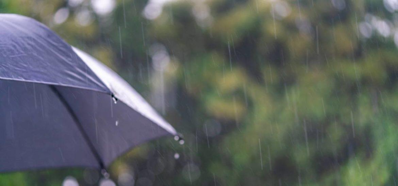 Paraguas negro en la lluvia