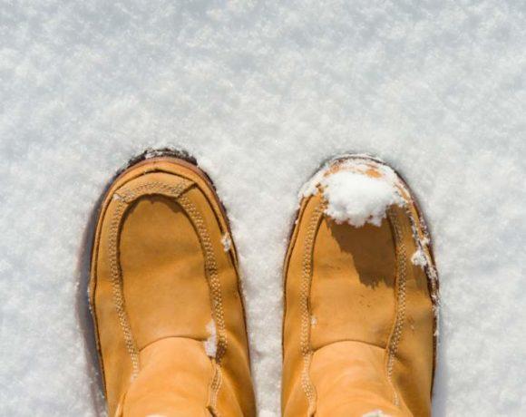 Botas de mujer sobre fondo de nieve