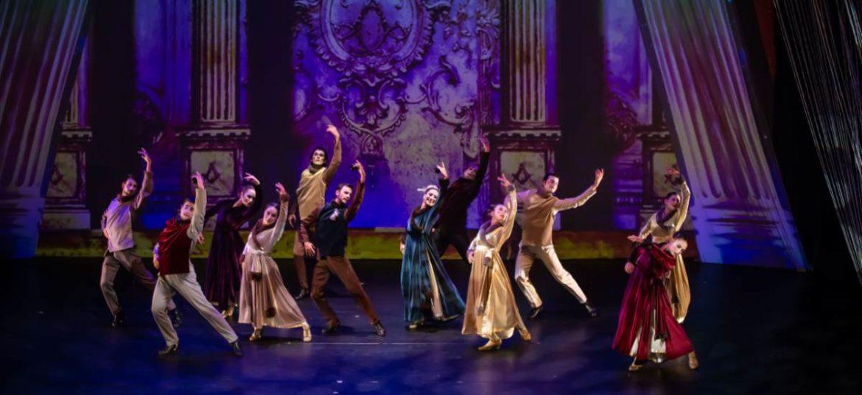 Bailarines vestidos de época sobre un escenario