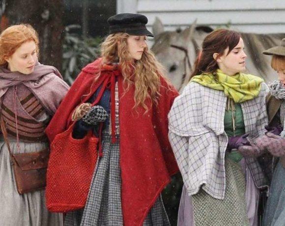 Cuatro mujees jóvenes vestidas de época