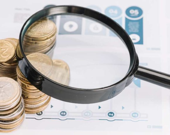 Una lupa sobre dinero y documentos