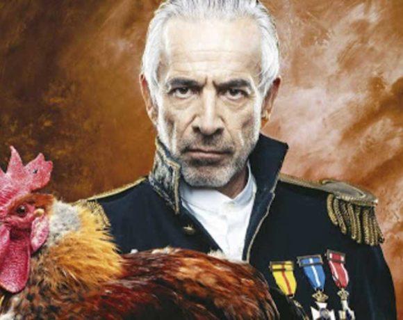 Imanol Arias vestido de militar y con un gallo