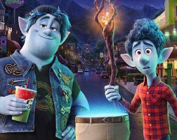 Dos personajes de la película en una calle