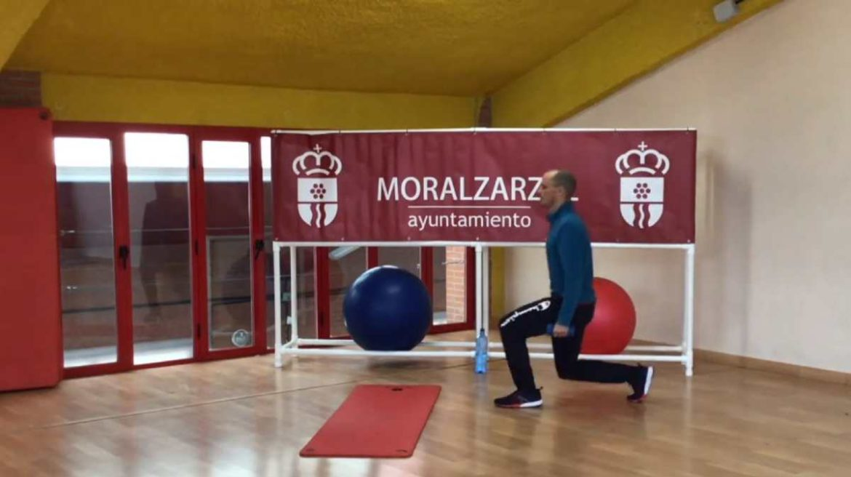 Un monitor deportivo haciendo un ejercicio
