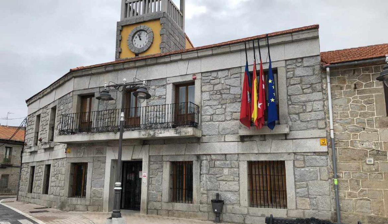 Ayuntamiento de Moralzarzal con bandera a media asta