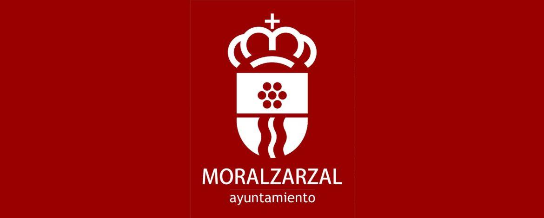 Logo de Moralzarzal en blanco sobre fondo burdeos