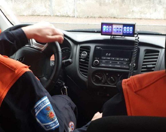 Voluntarios de Protección Civil en un vehículo