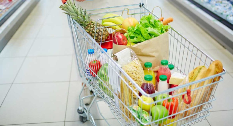 Carro de compra lleno de alimentos
