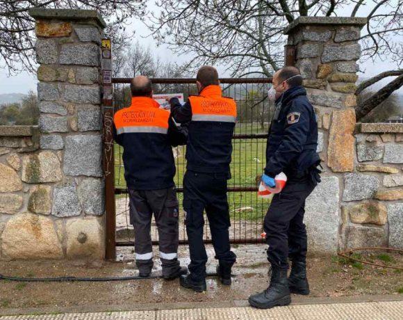 Policía local y protección Civil precintando la entrada a la Dehesa de Moralzarzal