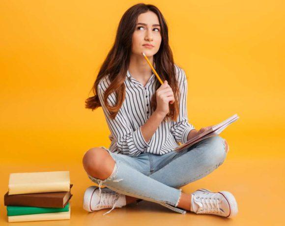Una estudiante pensativa