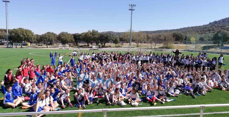 Decenas de niñas en un campo de fútbol