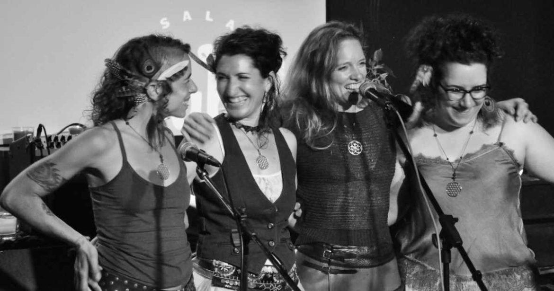 Cuatro mujeres sonrientes sobre un escenario